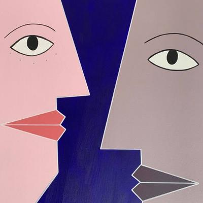 Face à face sur fond bleu